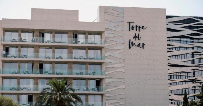 """Ibiza, 21enne italo-spagnola morta dopo una caduta dal balcone dell'hotel. Le amiche: """"Uccisa dal fidanzato, è stato lui"""""""