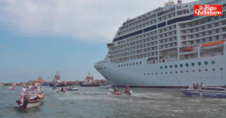 """""""Tutto come prima, ecco la grande bugia del governo Draghi"""": la protesta sui barchini a Venezia contro la partenza della nave da crociera"""