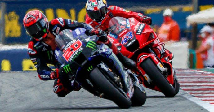 MotoGp Barcellona, Oliveira vince con la Ktm. Dietro di lui Zarco e Miller. Quartararo finisce a petto nudo: penalità, chiude sesto