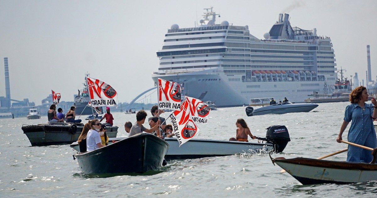 """Venezia, riecco i giganti del mare in Laguna. Tensioni fra la polizia e i """"No Grandi Navi"""""""