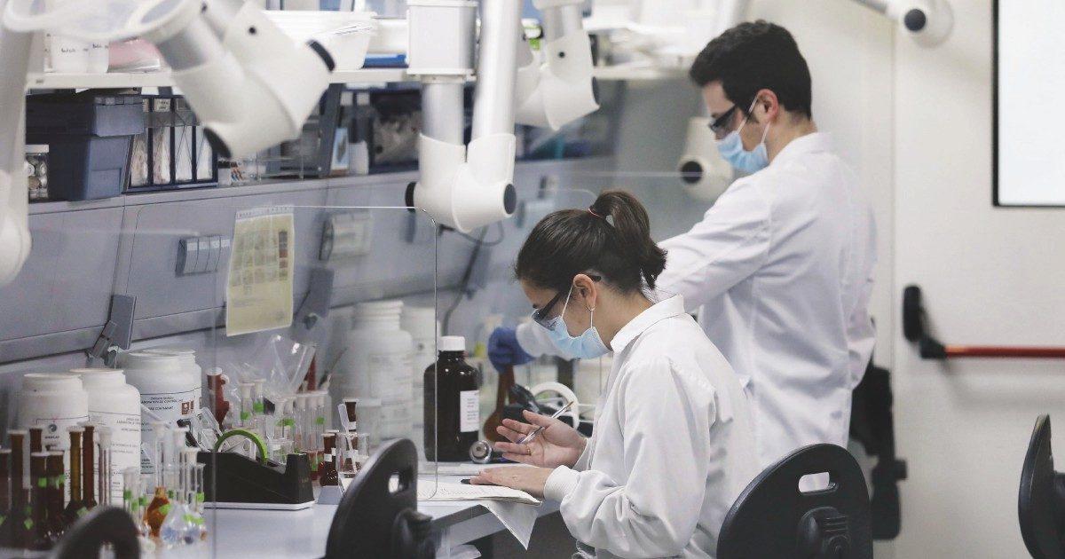 Covid, l'Italia non cerca le varianti: laboratori fermi, consorzio mai nato, rivalità tra pubblico e privato. Finora è stato sequenziato appena lo 0,7% dei genomi