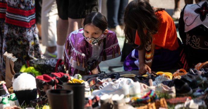 """Canada, scoperti i resti di 215 bambini indigeni in una fossa presso una scuola cattolica. Papa: """"Notizia scioccante"""""""