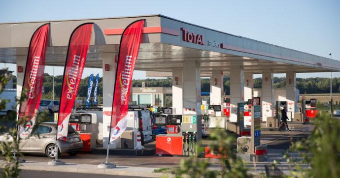 """Benzina ancora in rialzo, prezzi ai massimi da due anni in scia al petrolio. Consumatori: """"Speculazione per ponte del 2 giugno"""""""