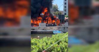 Bari, un autobus di linea prende fuoco sul lungomare: poi le fiamme avvolgono la carcassa. video