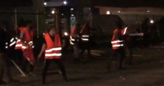 """Tnt Fedex, notte di tensione a Lodi. Si Cobas: """"Lavoratori del presidio picchiati con bastoni e sassi. E la polizia non ha mosso un dito"""" – Video"""