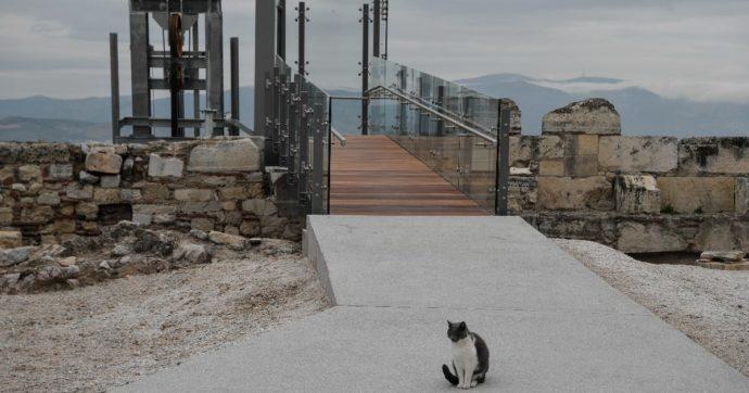 Atene, asfaltata la via che porta al Partenone per abbattere le barriere architettoniche. Ma la decisione non piace a tutti