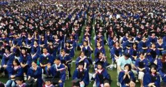 A Wuhan maxi cerimonia con 11mila laureati: il video della consegna dei diplomi dopo il Covid