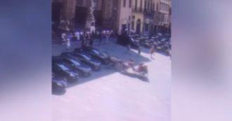 Cavallo imbizzarrito danneggia l'auto della ministra Luciana Lamorgese e 'semina il panico' in piazza Signoria – Video