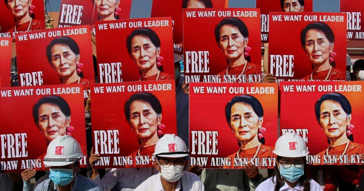 Suu Kyi in tribunale per i walkie-talkie