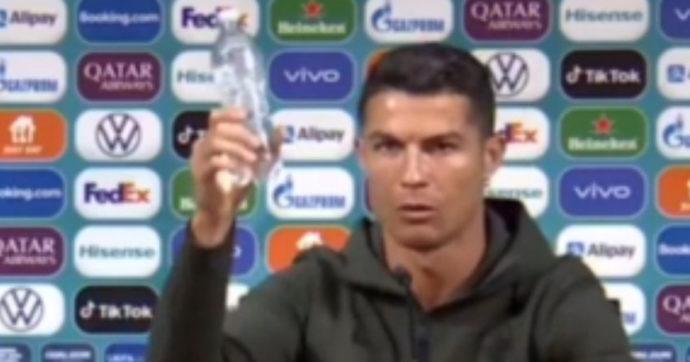 Cristiano Ronaldo nasconde le bottiglie di Coca-Cola e il titolo crolla in Borsa: il valore dell'azienda cala di oltre 4 miliardi di dollari