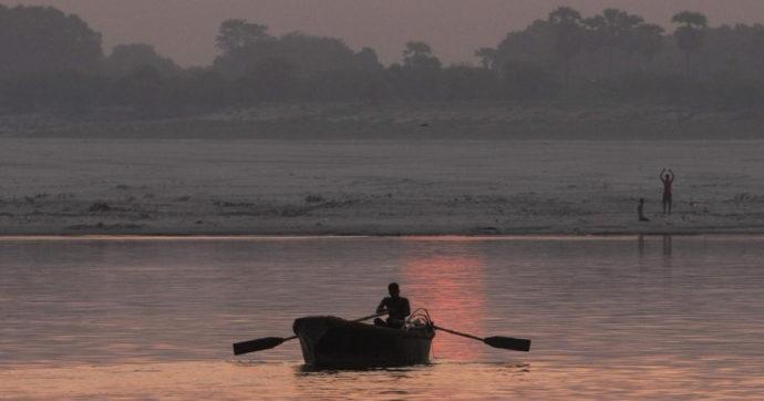 India, neonata in una scatola alla deriva sul Gange: trovata e messa in salvo da un barcaiolo