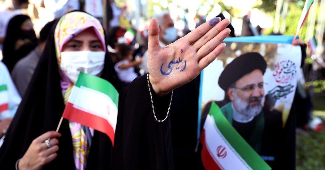 Elezioni Iran, dal persecutore degli oppositori all'economista realista: oggi si vota il nuovo presidente (che terrà i colloqui sul nucleare)