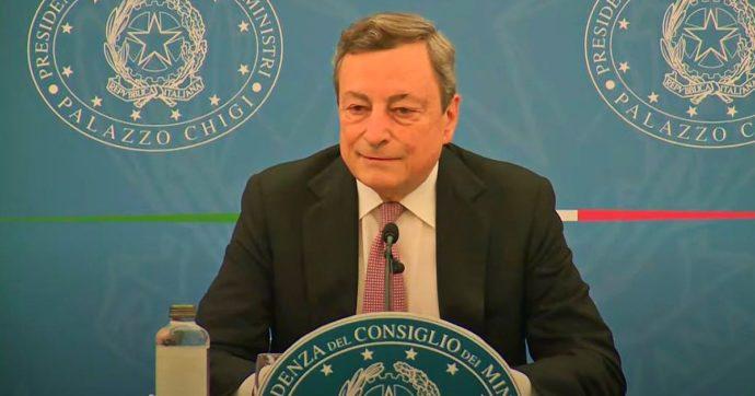"""AstraZeneca, dal governo altro cambio di linea. Draghi: """"Su seconda dose c'è libertà di scelta"""". La circolare del ministero diceva il contrario"""