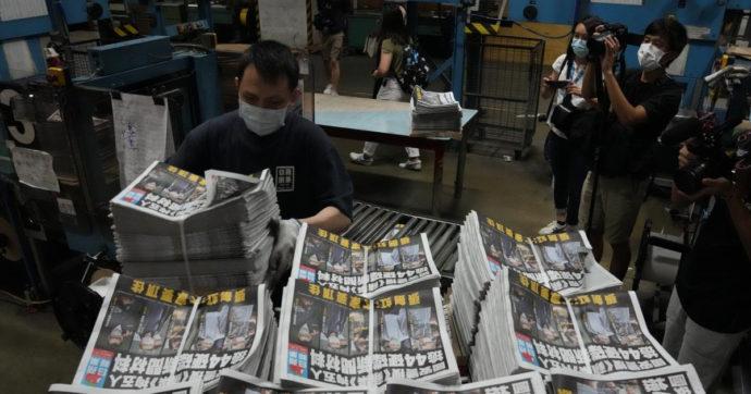 Hong Kong, dopo il blitz in redazione e gli arresti il tabloid Apple Daily fa il tutto esaurito e vende 500mila copie