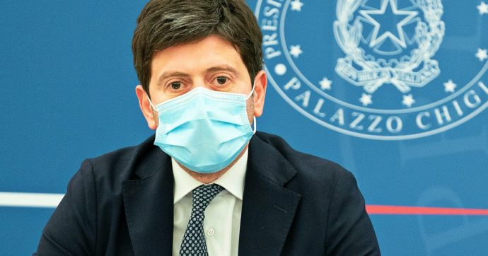Stop mascherine all'aperto, Speranza chiede parere al Cts: riunione la prossima settimana