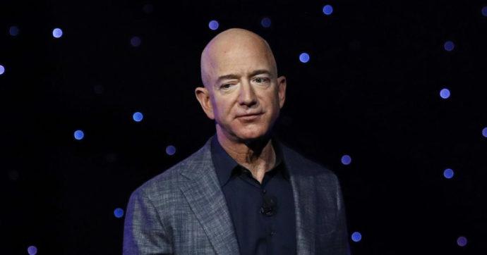 """""""Jeff Bezos non tornare"""": le petizioni perché il magnate non ricompaia sulla Terra dopo il suo viaggio spaziale"""