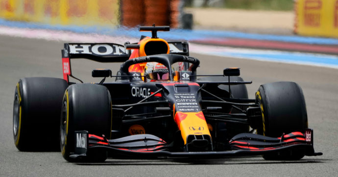 F1, Verstappen su Red Bull vince il Gran Premio di Francia. Dietro di lui Hamilton e Perez. Indietro le Ferrari