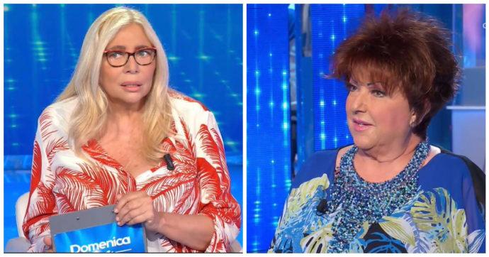 """Domenica In, Orietta Berti si presenta con il bastone: """"Mi ha dato un colpo, sono finita a terra"""". Mara Venier reagisce così"""