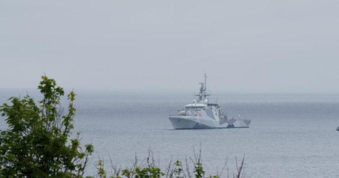 """Mosca: """"Sparati colpi di avvertimento contro nave inglese entrata in acque russe nel mar Nero"""". Londra smentisce"""