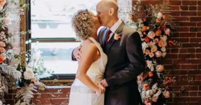 """Lui ha l'Alzheimer e dimentica di essere sposato: chiede di nuovo la mano alla moglie e lei gli regala """"una fiaba"""""""