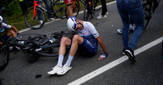 """Tour de France, tifosa a bordo strada con un cartello provoca una carambola di massa: si """"salvano"""" solo in 30. A terra Colbrelli e Sagan"""