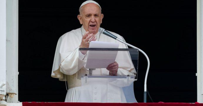 """Vaticano e lo scontro sul Ddl Zan, il Papa prova (tardivamente) ad ammorbidire la linea: """"Non giudicare, lasciate vivere, Dio ama tutti"""""""