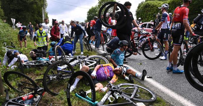 Tour de France, ricercata in tutto il Paese la spettatrice che ha esposto un cartello e provocato la caduta di 150 ciclisti