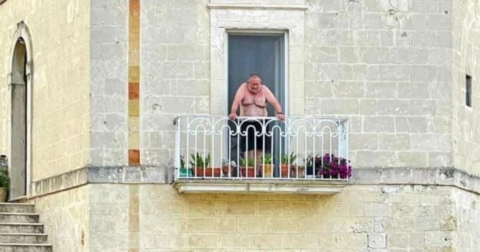 G20 a Matera, a torso nudo sul balcone davanti ai potenti del mondo: ecco chi è l'uomo dello scatto diventato virale