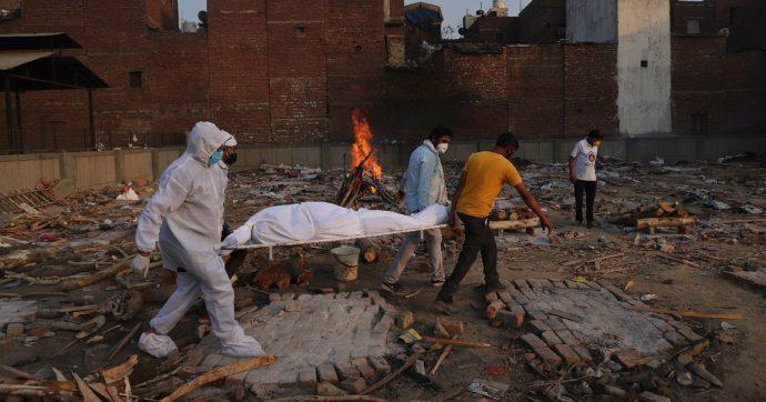 Covid, l'India supera la soglia di 400mila morti da inizio pandemia: il governo punta ad accelerare con le vaccinazioni (finora a rilento)