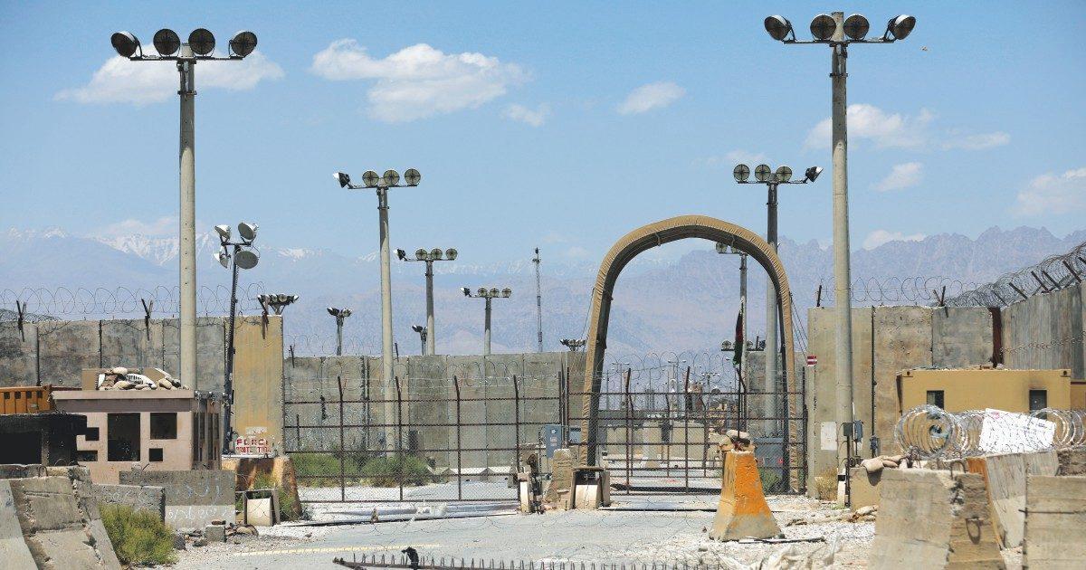 Bagram chiude: i Talebani avanzano, i civili si armano