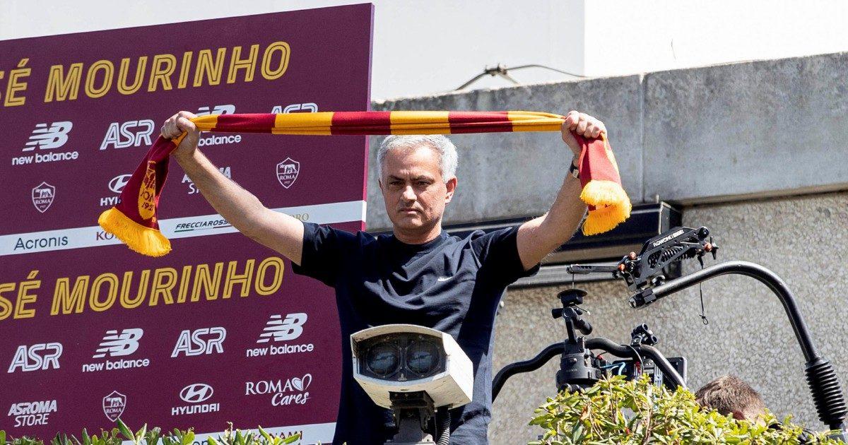 """Mourinho, lo """"Special One"""" sbarca a Roma Bagno di folla a Ciampino e Trigoria: """"Daje!"""""""
