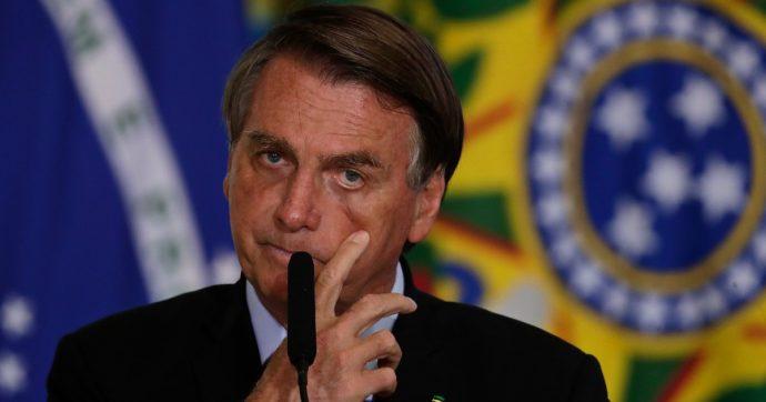 Brasile, per il presidente Bolsonaro i vaccini causano l'Aids: sospeso da Youtube e video rimosso dai social