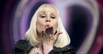 """Raffaella Carrà, artista musicale con oltre 60 milioni di copie vendute nel mondo e il sogno di cantare negli stadi – Le hit da """"Tuca Tuca"""" a """"Rumore"""""""