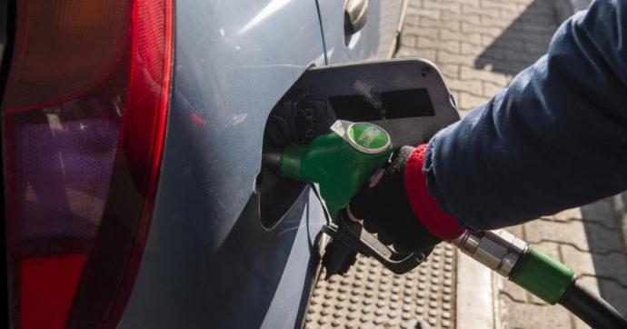 """Petrolio e benzina non si fermano, nuovi rincari sui mercati e ai distributori. Analisti: """"Rialzi non sono finiti"""""""