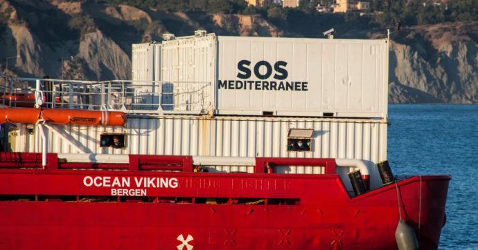"""Migranti, ancora nessun porto per i 572 naufraghi sulla Ocean Viking. """"Situazione allo stremo, sabato non avremo più cibo"""""""