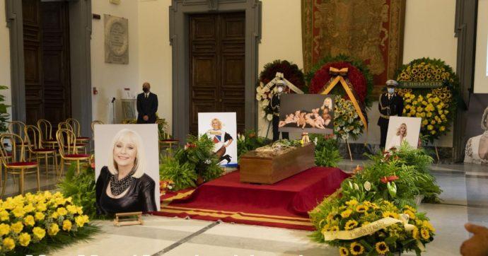 """Raffaella Carrà, lacrime e commozione ai funerali a Roma: le sue ceneri saranno portate a San Giovanni Rotondo.  Virginia Raggi: """"Oggi l'Italia si ferma per una grande donna"""""""