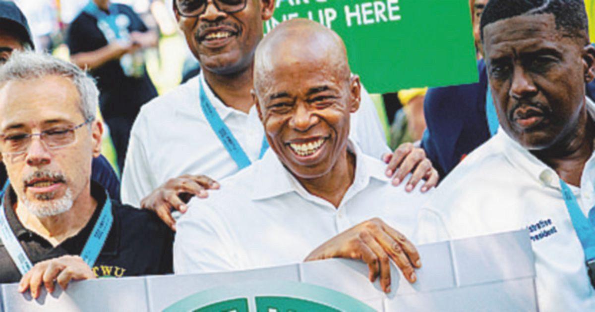 Afro e poliziotto: Adams candidato perfetto per i Dem