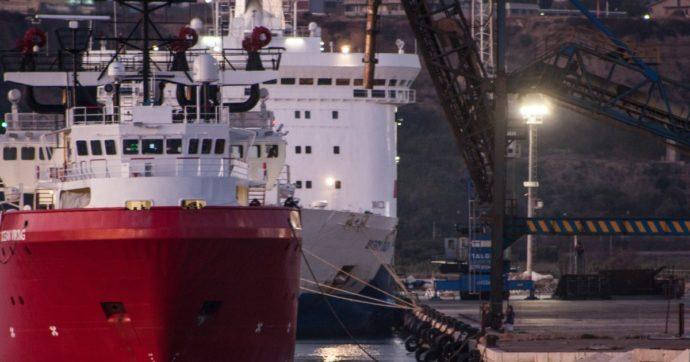 Migranti, è sbarcata ad Augusta la nave Ocean Viking: a bordo 572 persone soccorse dalla ong Sos Méditerranée