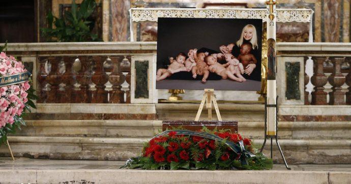 """Funerali Raffaella Carrà, una sola firma nell'enorme cuore di rose rosse: """"Sergio"""". L'ultimo addio, da lei stessa preparato in ogni dettaglio"""