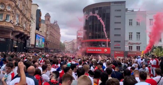 Italia-Inghilterra: l'attesa per la finale di euro 2020 vissuta nelle strade di Londra. Già a 6 ore dal match in migliaia ubriachi – video e foto