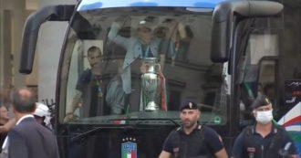 Dal Quirinale a Palazzo Chigi: il tragitto in bus degli Azzurri per le strade di Roma tra cori e festeggiamenti. Il video