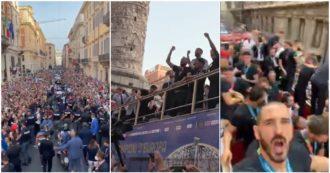 Bagno di folla a Roma per gli Azzurri: centinaia di persone (senza distanziamento) salutano la squadra che sfila a bordo del bus scoperto