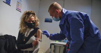 """Francia, boom di prenotazioni di vaccinazione dopo il discorso di Macron. Merkel: """"Non faremo come loro, niente obbligo"""""""