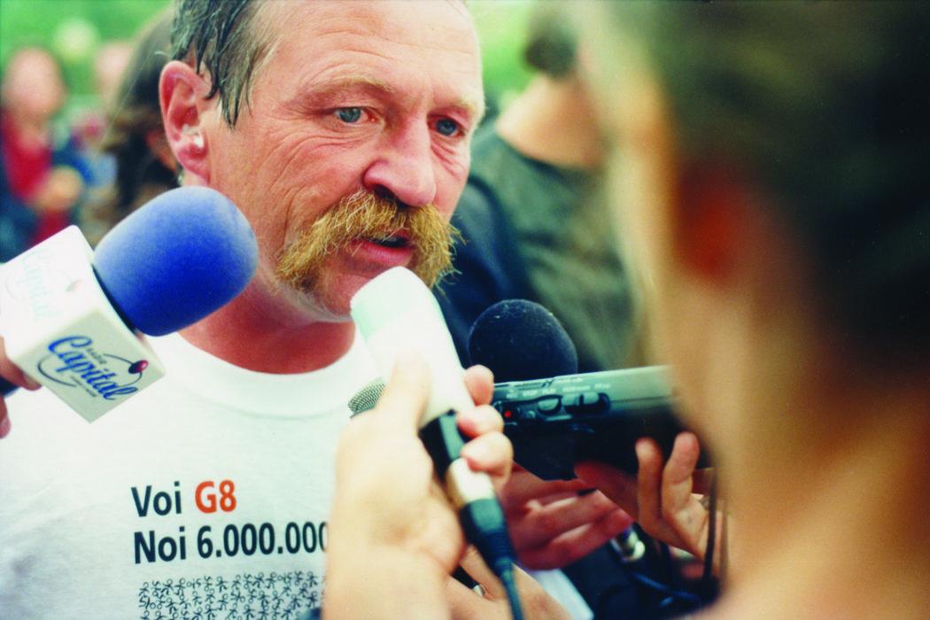 Proteste contro il summit del G8, Genova luglio 2001. Punta Vagno, 18 luglio. José Bové, leader del sindacato agricolo francese Confédération Paysanne, intervistato durante i lavori del Genoa Social Forum.