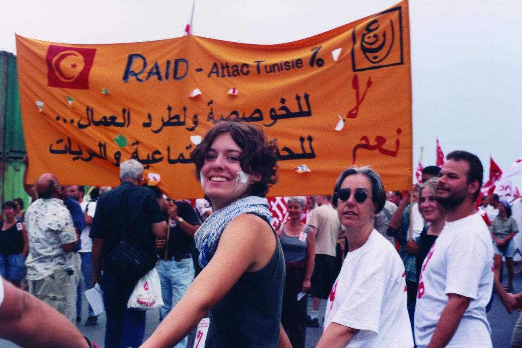 Proteste contro il summit del G8, Genova luglio 2001. 19 luglio, corteo dei Migranti. Manifestanti di Attac con uno striscione in solidarietà con Raid (Attac Tunisie), i cui militanti erano stati incarcerati alcuni mesi prima del G8.