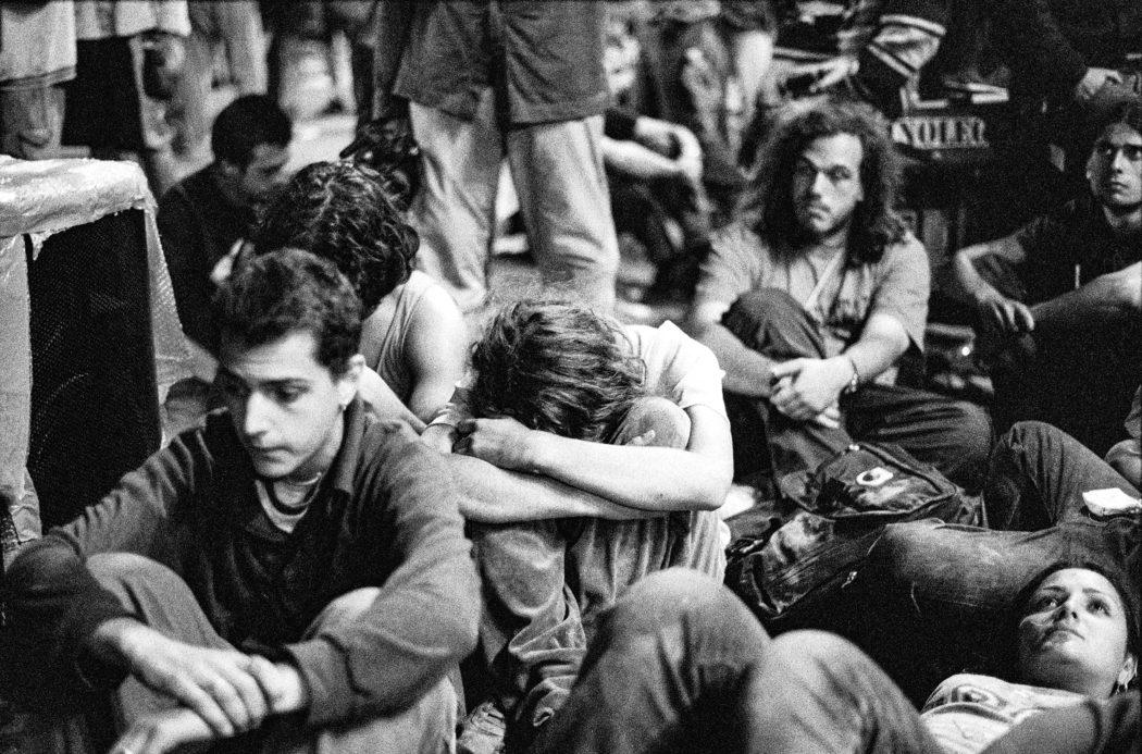 Proteste contro il summit del G8. Allo stadio Carlini tra i disobbedienti c'è sgomento dopo la notizia della morte di Carlo Giuliani