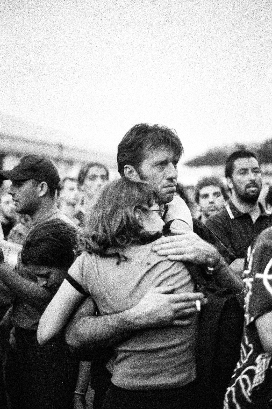 Proteste contro il summit del G8. 20 luglio. Allo stadio Carlini ci si abbraccia dopo la notizia della morte di Carlo Giuliani
