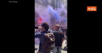 Gkn, i lavoratori protestano davanti alla prefettura di Firenze con fumogeni viola e cori: il video
