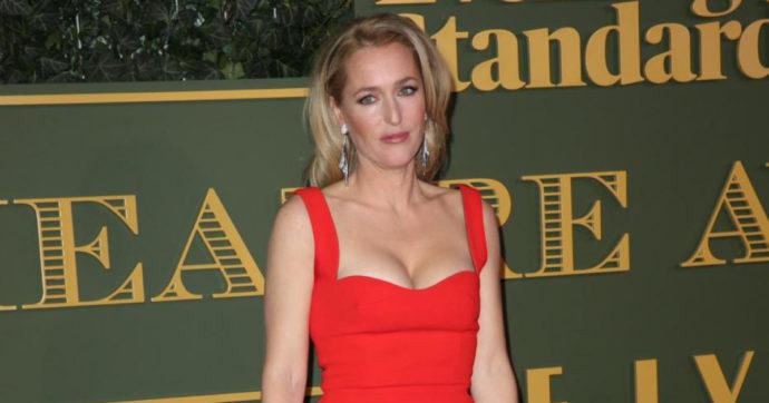 """Gillian Anderson: """"Non indosso più il reggiseno, non mi importa se il seno raggiungerà l'ombelico"""""""