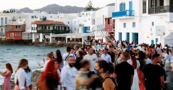 Covid, impennata di contagi a Mykonos: torna il coprifuoco sull'isola greca fino al 26 luglio. Divieto di musica in bar, ristoranti e locali